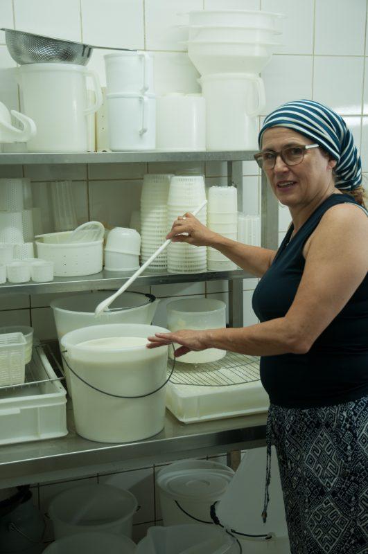 Monika Liehl in der Käserei