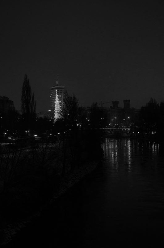 Donaukanal mit Ringturm im Winter
