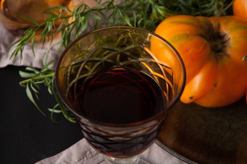 Ein Glas, um auf unsere Gartenernte anzustoßen