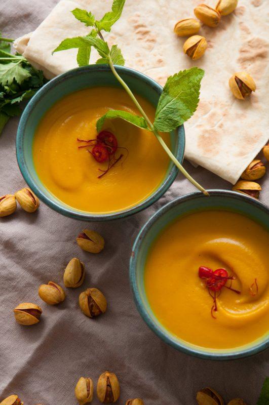 Safran-Butternusskürbis-Suppe und Lavash-Brot