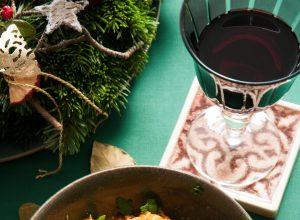 Szegediner Gulasch und ein Glas burgenländischen Rotweins