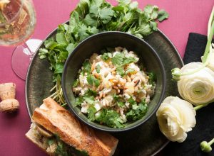 Salad Olivieh, französisches Baguette und ein Glas Sekt
