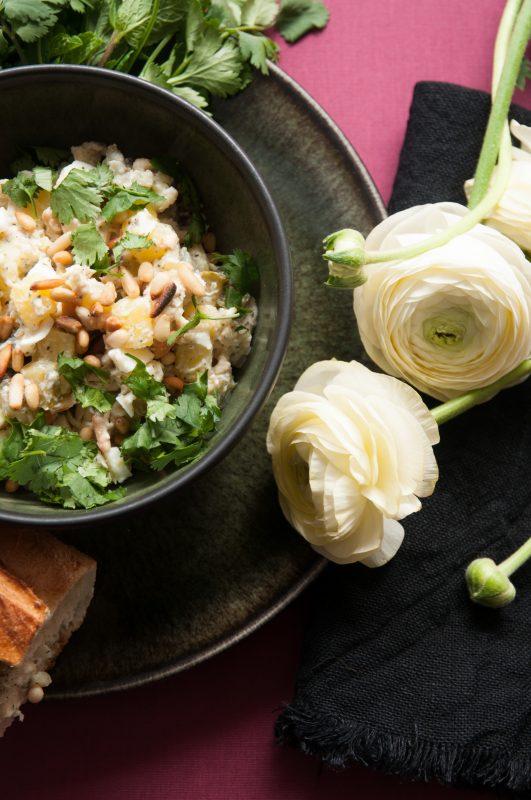Salad Olivieh und Ranunkeln als Deko