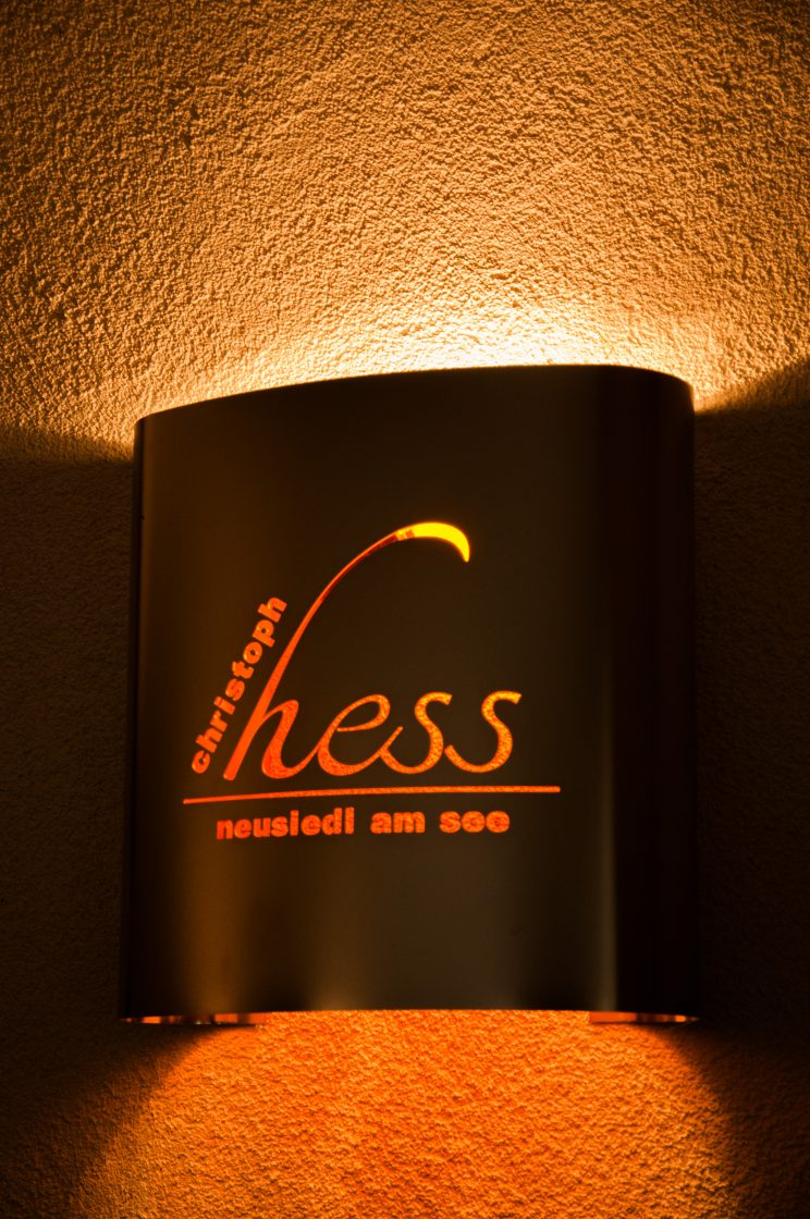 Lampe mit Logo am Weingut Christoph Hess
