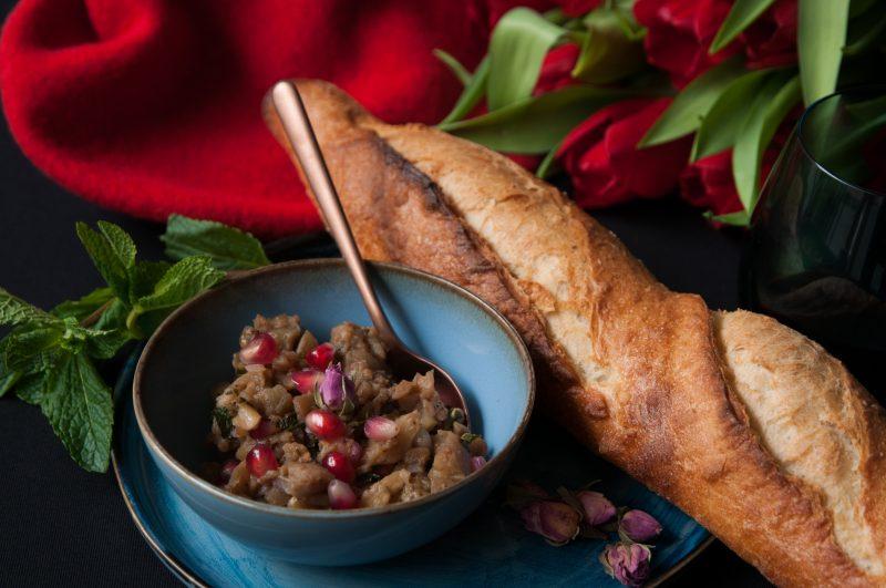 Baguette mit Melanzani-Granatapfel-Dip