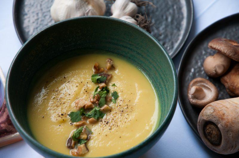 Steckrüben-Pastinaken-Suppe mit Shiitake und Walnüssen