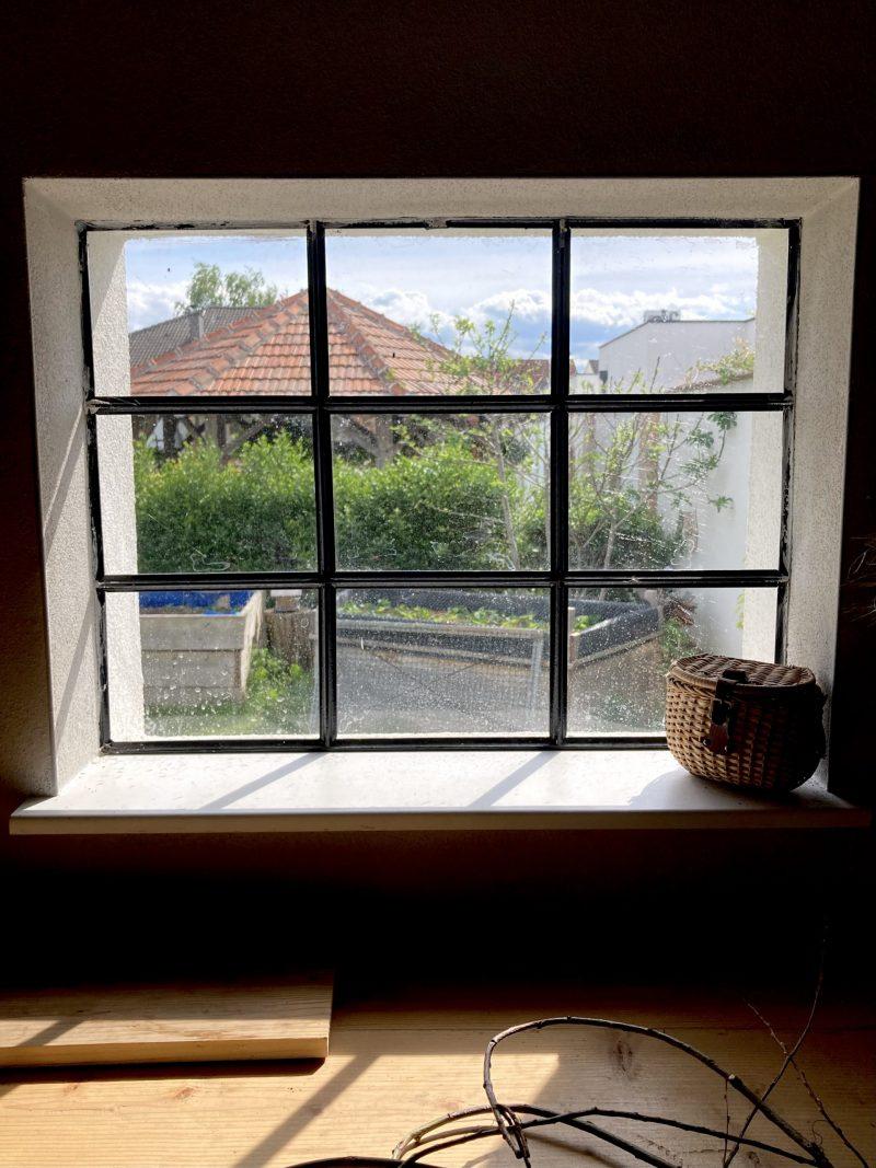 Blick vom Fenster der Werkstatt in den Garten